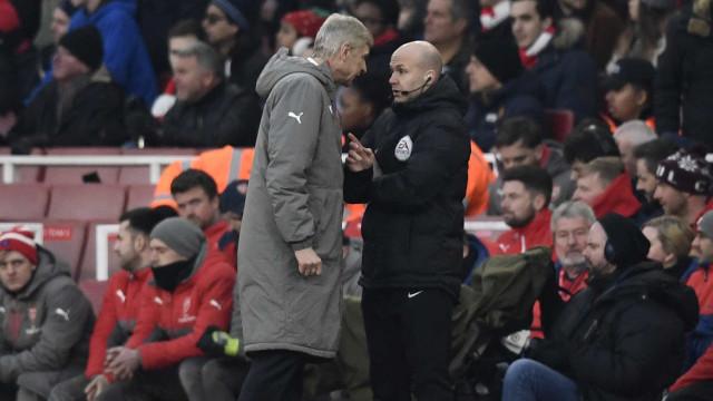 Wenger é suspenso por 4 jogos após discutir com árbitro