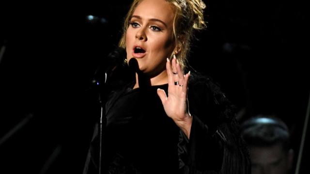 Adele diz que quer educar filho para que ele respeite as mulheres