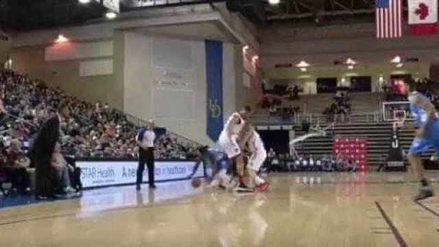 Jogador de basquete passa por baixo das pernas de rival nos EUA