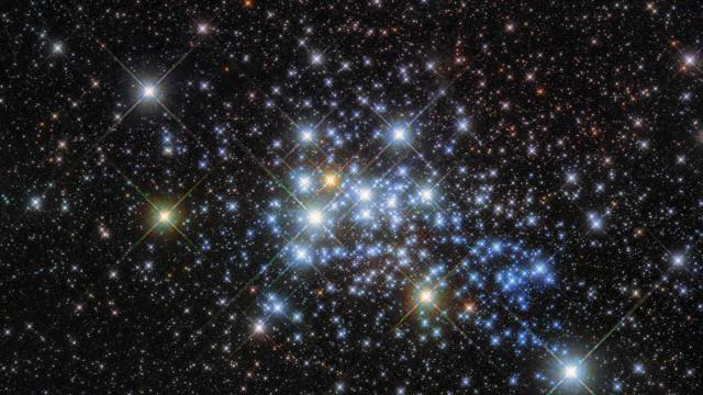 Hubble capta estrela com raio 1,5 mil vezes  maior que o do Sol