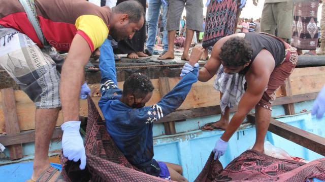 Ataque contra barco com  imigrantes mata mais de 30 no Iêmen