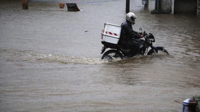 Chuva coloca SP em estado de atenção e causa dois desabamentos