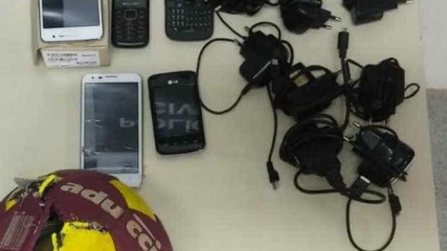 Adolescentes são detidos com  celulares escondidos em bola