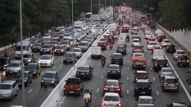 Motoristas enfrentam trânsito lento em rodovias de SP nesta quinta