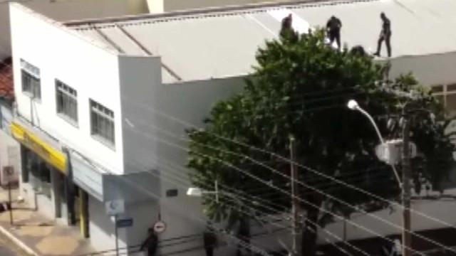 Polícia 'fecha' cidade no interior  de SP após assalto à agência do BB