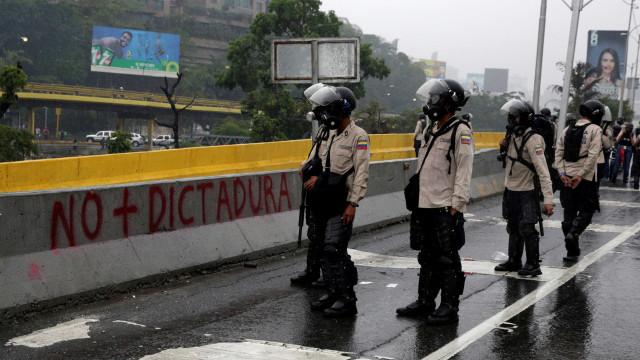 Maduro envia tropas às ruas na véspera de protestos