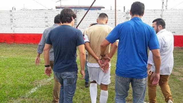 Polícia invade campo e prende jogador durante partida no RS