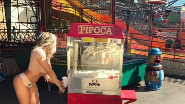 Mulher Melão tira a roupa em parque de diversões; veja fotos