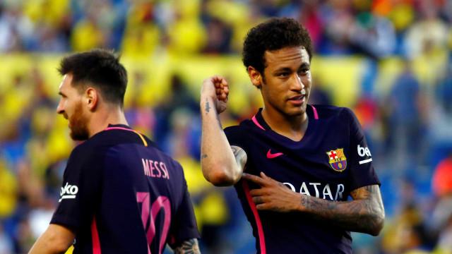 Neymar dá show, faz três gols e mantém o Barça na briga pelo título