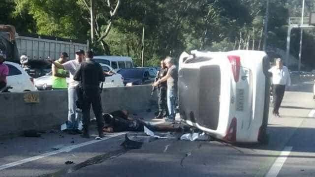 Carro de suspeitos capota durante perseguição policial na Linha Amarela