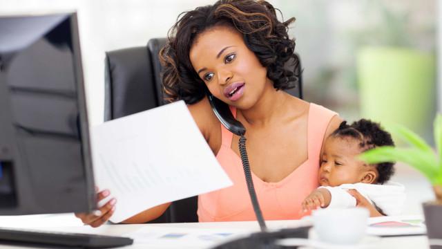 Carreira e maternidade ainda é desafio entre brasileiras, diz estudo