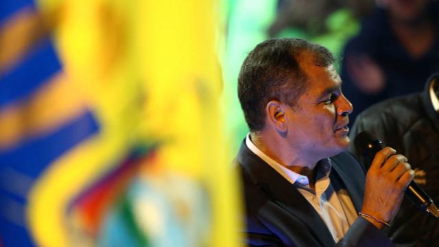 Rafael Correa vai para a Bélgica, mas insinua  volta na próxima eleição