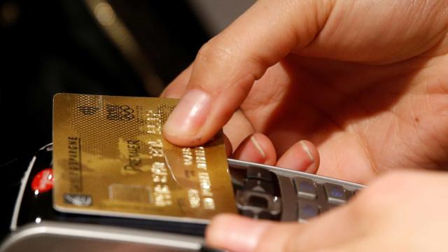 Juros do rotativo do cartão de crédito sobem para 490,3% ao ano