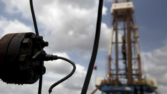 Opep amplia cortes na produção de petróleo, mas preços caem