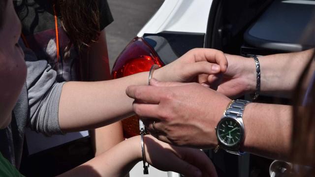 Mãe é presa após abandonar  filhos no carro para beber em bar