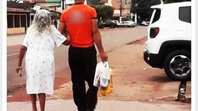 Foto de funcionário ajudando idosa a carregar compras viraliza na web