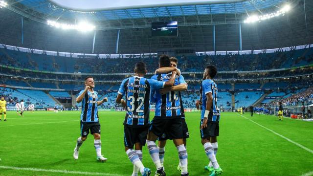 Grêmio se aproveita de pênalti 'infantil', bate Vasco e cola no líder