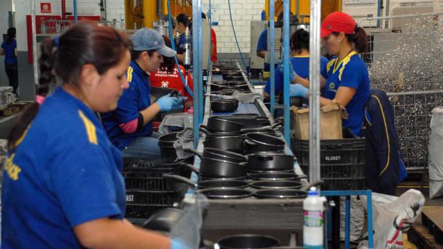 Faturamento da indústria cresce 2,4%  em março; emprego cai