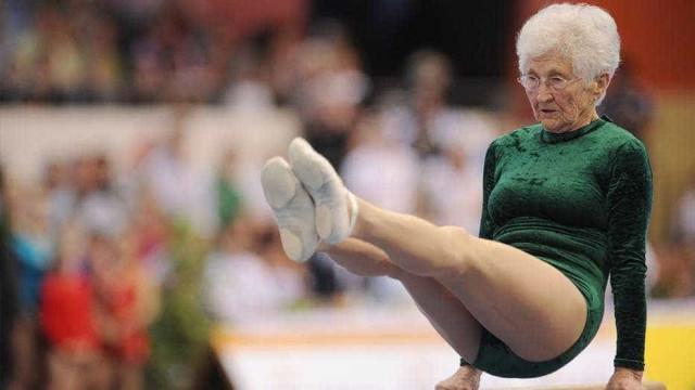 Aos 91 anos, ginasta mais velha do mundo dá show nas barras paralelas