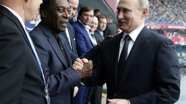 Pelé supera problemas de saúde e volta à cena por patrocínio e política