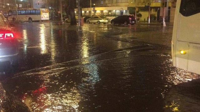 Fortes chuvas alagam e interditam ruas no Rio