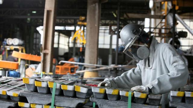 Produção cai e indústria enfrenta dificuldades para sair da recessão