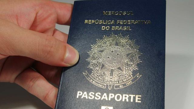 Sem passaportes, pessoas se revoltam  e choram em fila da PF