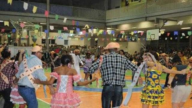 Colégio tradicional do Rio faz festa São João com casamentos gays