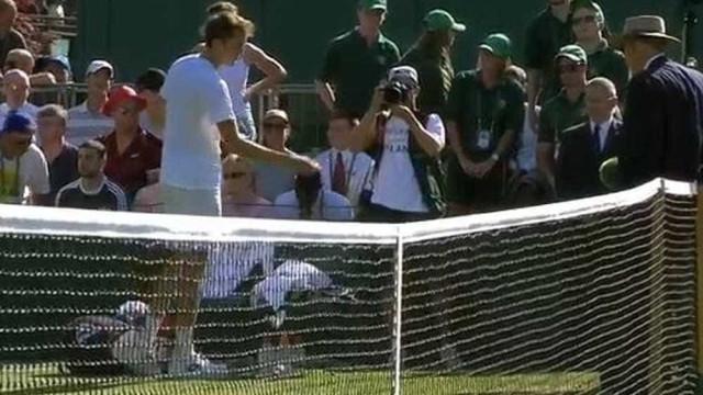 Veja momento em que tenista russo joga moedas em juiz após derrota