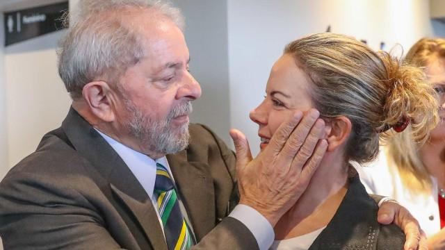 Durante defesa de senadora, Lula critica 'toma-lá-dá-cá'