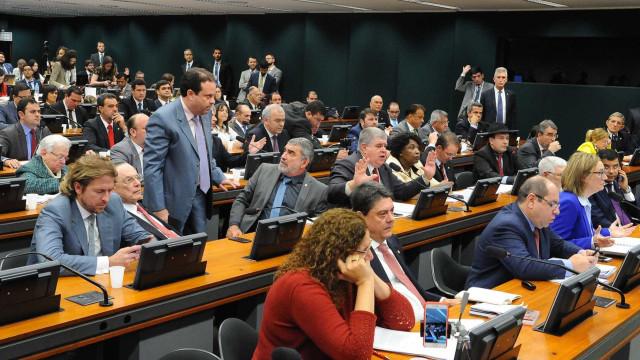 CCJ inicia discussão sobre denúncia contra Temer
