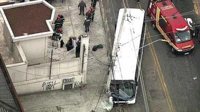 Ônibus atropela pedestres e depois bate em poste na Grande São Paulo
