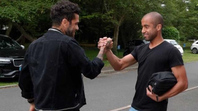 Daniel Alves se apresenta e encontra  brasileiros do PSG