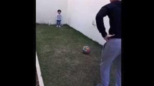 Após alta, filho de Guerra joga bola com o pai em casa