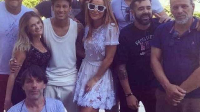 Volume na calça de Neymar chama a atenção em clique com Sabrina