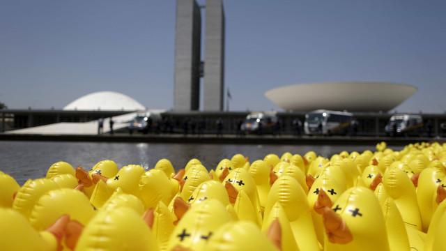 Em dia de reunião de Temer e Skaf, Fiesp distribui  patos de borracha