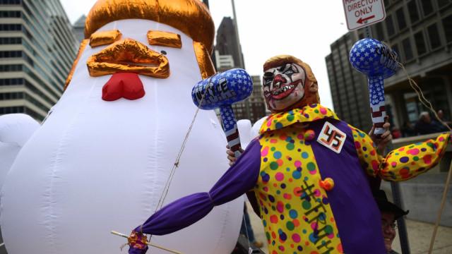 Frango inflável gigantesco é  instalado perto da Casa Branca