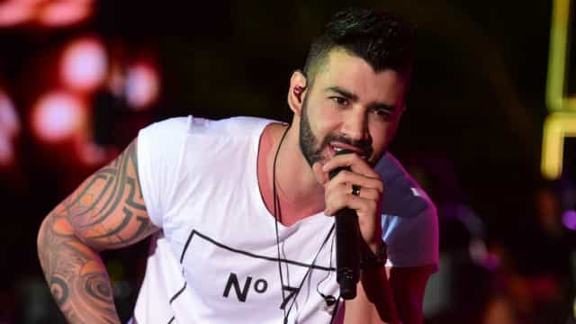 Gusttavo Lima canta com fã nas ruas de Goiânia; vídeo