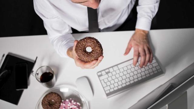 5 atitudes que fazem do trabalho um inimigo da dieta