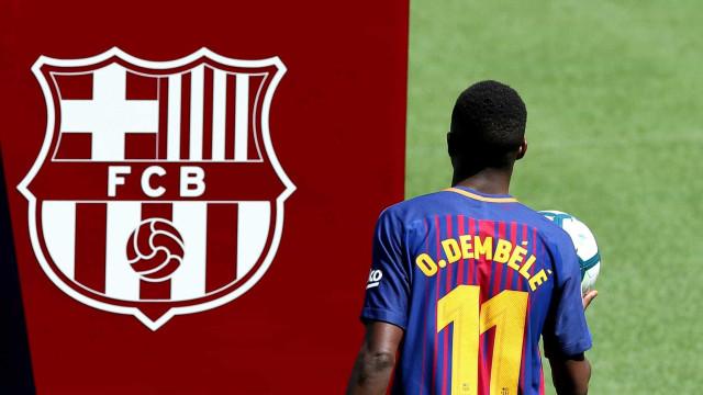 Dembélé tenta mostrar habilidade no Camp Nou, mas 'apanha' da bola