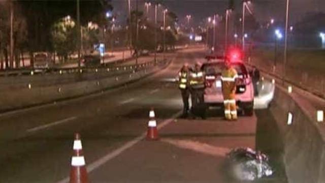 Motorista atropela e mata ciclista que ficou agarrado ao capô do carro