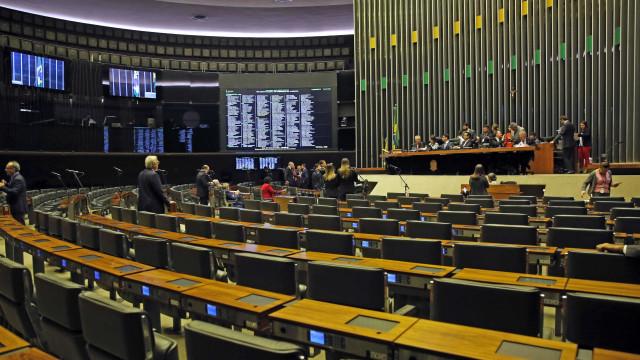 Deputados justificam falta na votação com férias e perda de voo