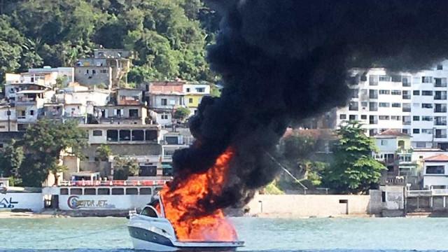 Lancha é destruída após pegar fogo no litoral paulista