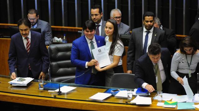 Câmara aprova texto-base com regra 'antinanico' e fim de coligações