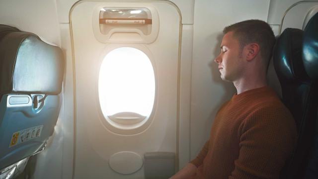 Não se deve dormir quando o avião decola e pousa; saiba o porquê