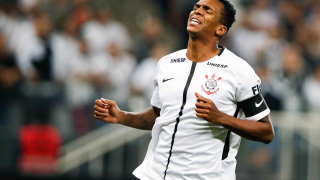 'Todo time passa por isso', diz Jô após derrota do Corinthians
