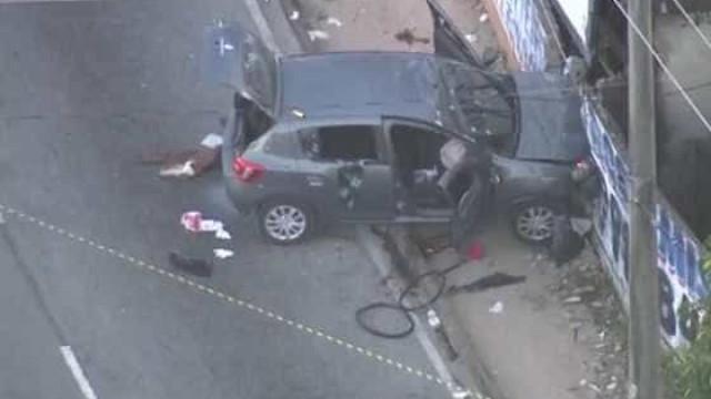 Carro é atingido por 25 tiros e 4 pessoas morrem no Rio