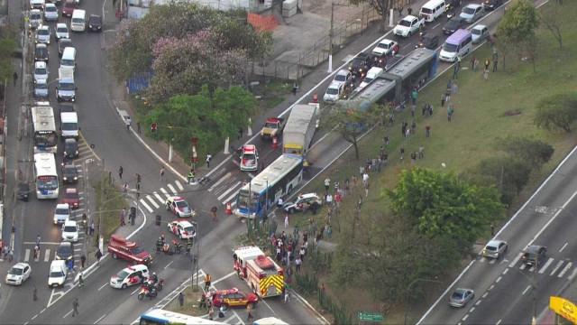 Acidente entre ônibus e moto em SP deixa 1 morto e 3 feridos