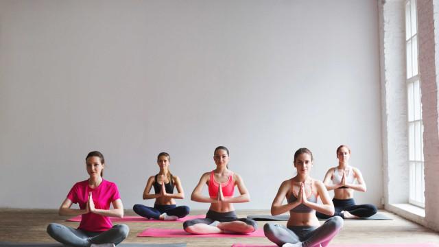 Yoga melhora o sono de pacientes com câncer, aponta estudo