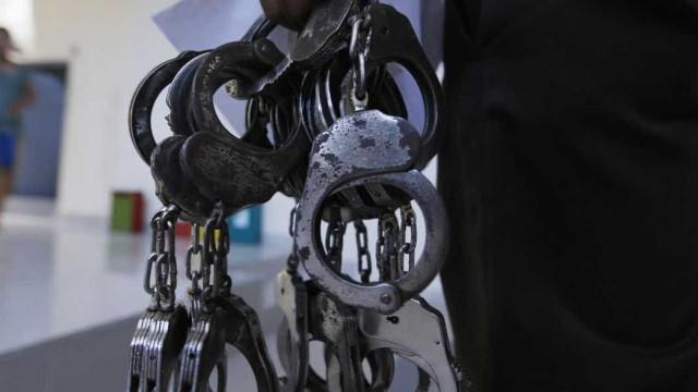 PMs exigem R$ 50 mil e pistolas de suspeito e são presos no RJ